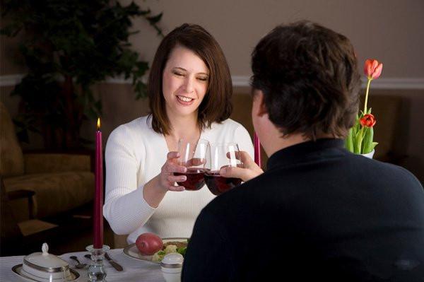其实,在情人节,我们可以根据自己与约会对象的关系亲密程度来选择恰当的酒精饮料,下面就是一个简单的情人节选酒指南。 (1)在情人节之夜,如果你只是和几个女伴一起庆祝,那就选择白葡萄酒。这种酒美味可口,非常适合女性饮用。 (2)如果你单独和某人约会,但两人的关系还没有确定下来,可以选择冰啤。冰啤会让人看起来很酷,而且可以在两人之间营造一种友好放松的氛围。喝几杯冰啤之后,你会感觉到浑身清爽。 (3)如果你是和自己的新对象约会,两人的关系还处于浪漫的恋爱前期,那就选择红葡萄酒。从个人来说,我最喜欢黑皮诺(Pin